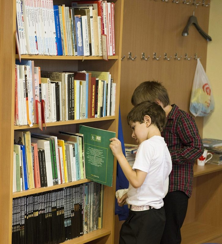 gyerekek könyvtárban
